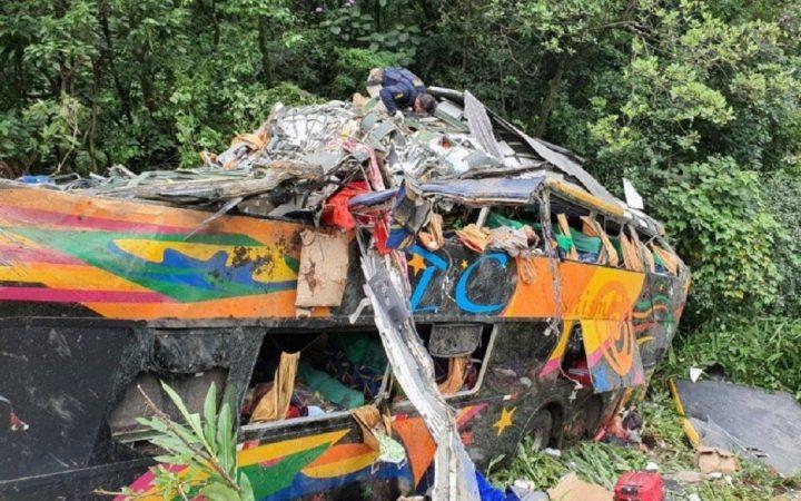 Tragedia en Brasil   19 muertos tras el vuelco de un colectivo en Paraná
