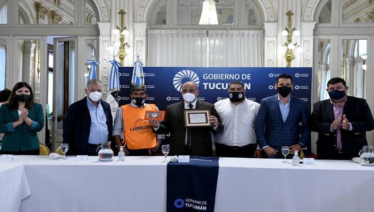 Manzur y la UOLRA firman la creación del Registro Provincial de Ladrilleros Artesanales
