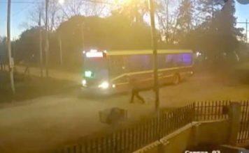 Video | Chofer de colectivo no vio a una mujer y le pasó por arriba